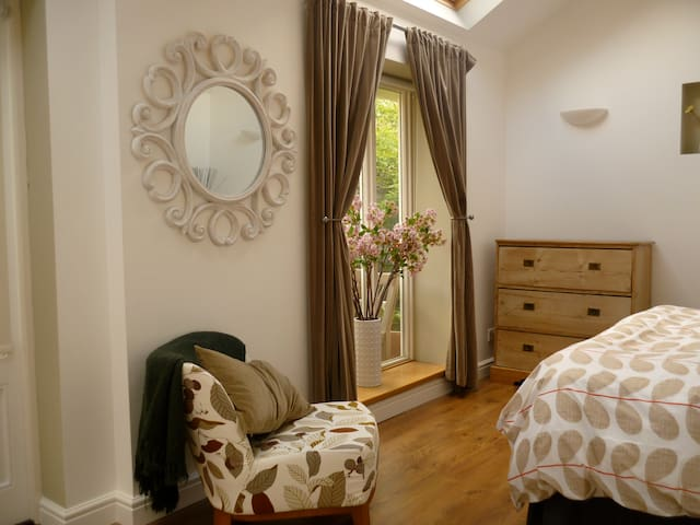 Light, modern, boutique studio - Debden - Bed & Breakfast