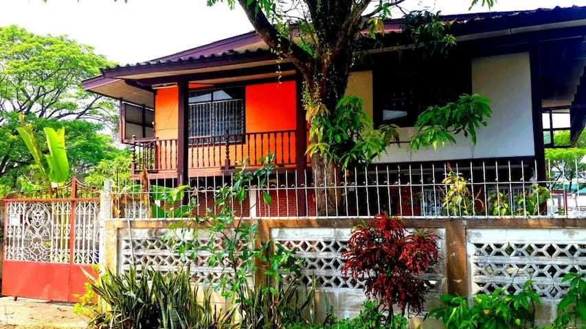 Peaceful Garden Oasis in Santitham: 1 Bedroom - Chiang Mai - Hus