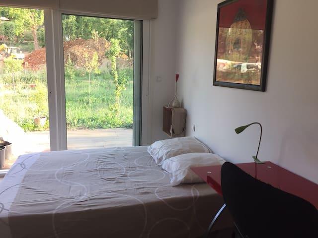 Chambres calmes dans maison bioclimatique en bois
