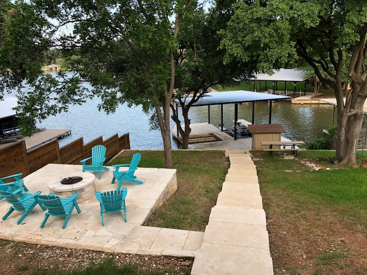 Beautifully Updated Lakefront Family + Dog , 4BR