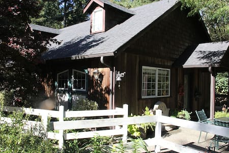 Bears Lair 1000 sq. ft. Carriage House - Gig Harbor