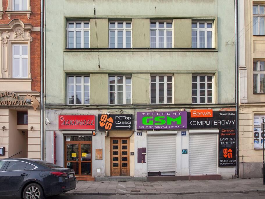 Kamienica, w której mieści się mieszkanie. House which is located apartment.