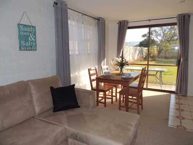 Dog friendly, spacious studio 900m walk from beach