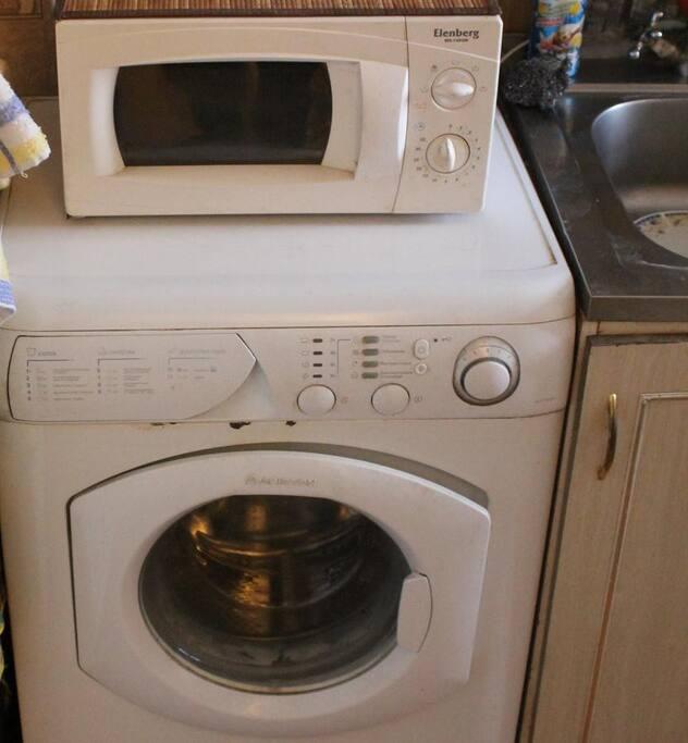 Стиральная машина и микроволновая печь