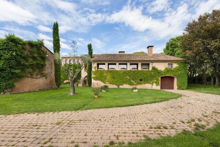 Luxuriously restored farmhouse near Gerona