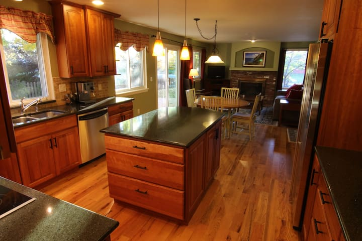 Large, comfortable, furnished home - Louisville - House