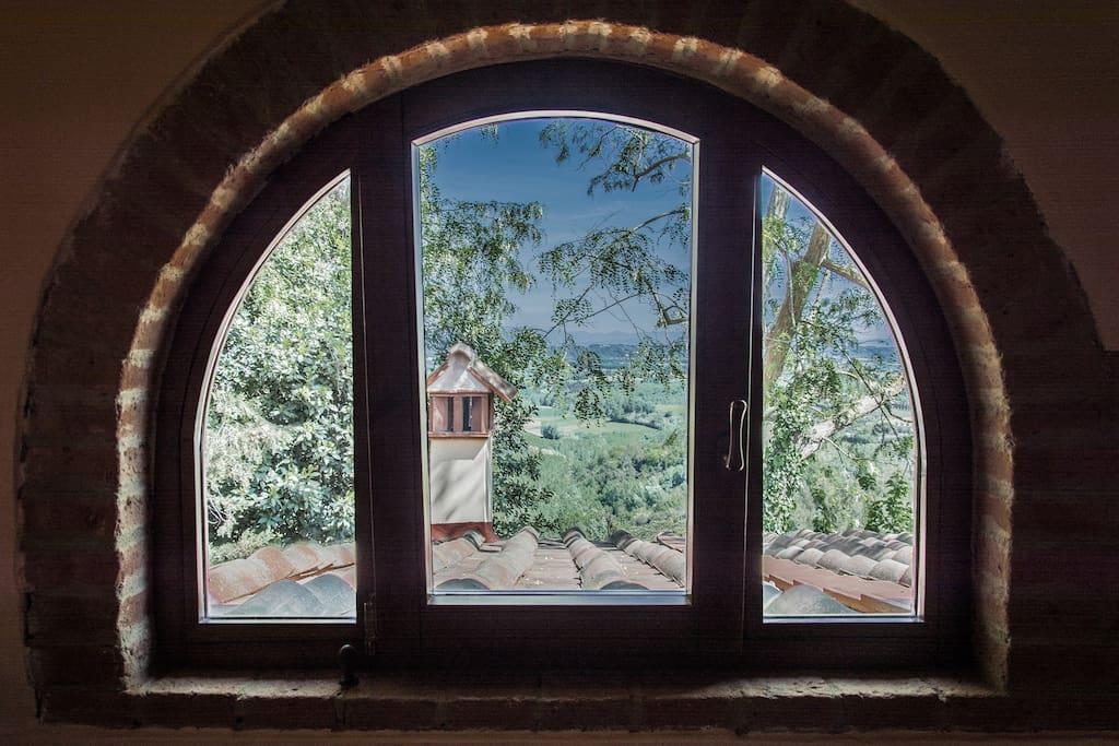 Una delle finestre in camera da letto matrimoniale