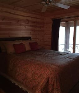 Gorgeous cedar cabin. Private room & shared bath - Saugatuck