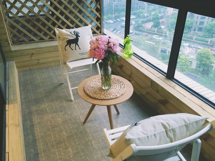 家里的阳台,可以在阳台上喝喝茶,坐坐和我聊聊天啦~~