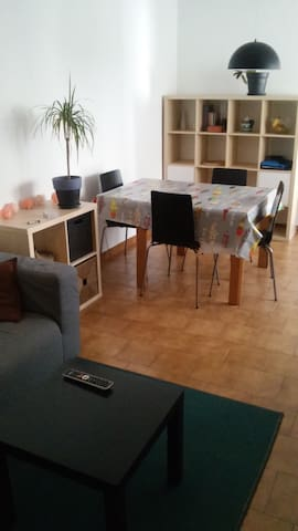 Nice room in Vic center - Vic - Apartamento