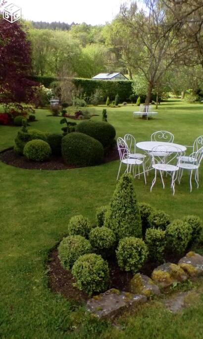 Le jardin et le coin repas au beaux jours