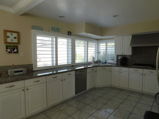 Spacious, 4 bedroom, nicely appointed beach house. - Oxnard - Nyaraló