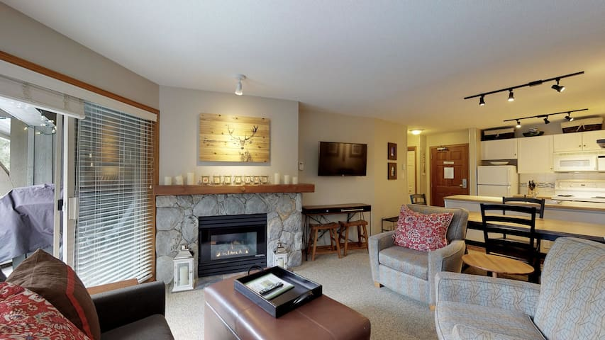 Prime Ski-in Ski-out Location! Top Floor Unit, Pool, Hot tubs, BBQ (545)