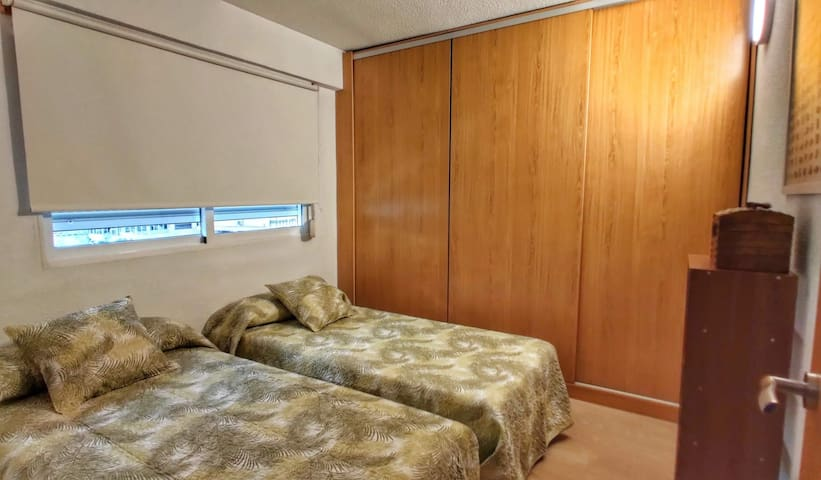 Habitación con dos camas y armario