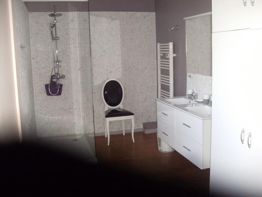 grande  salle de   douche  à l étage