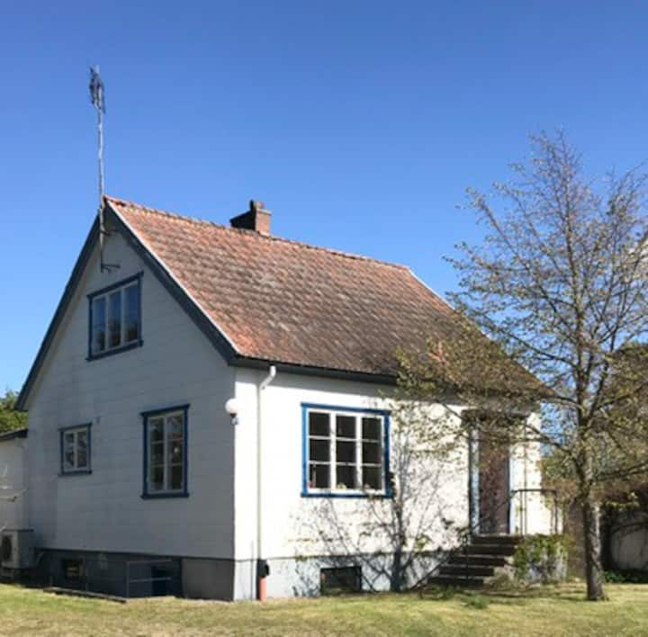 Havsnära villa i södra Skåne uthyres.