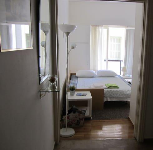 Bright and tidy apartment near the city center - Athina - Leilighet