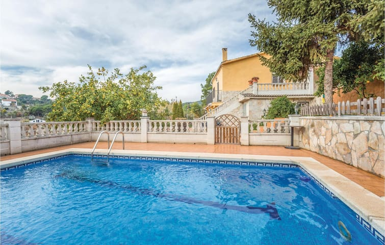 Holiday cottage with 4 bedrooms on 175 m² in Riudarenes
