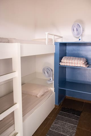 Quarto #1 - Duas camas de solteiro (1 beliche), térreo, banheiro anexo, na edícula ao lado da churrasqueira, único sem ar condicionado.