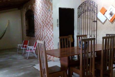 Casa inteira mobiliada com 2 quartos e garagem
