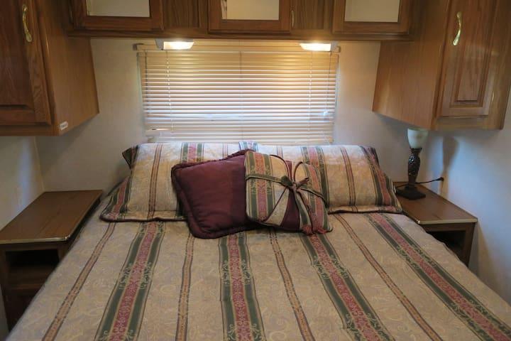 Master bed (new mattress)