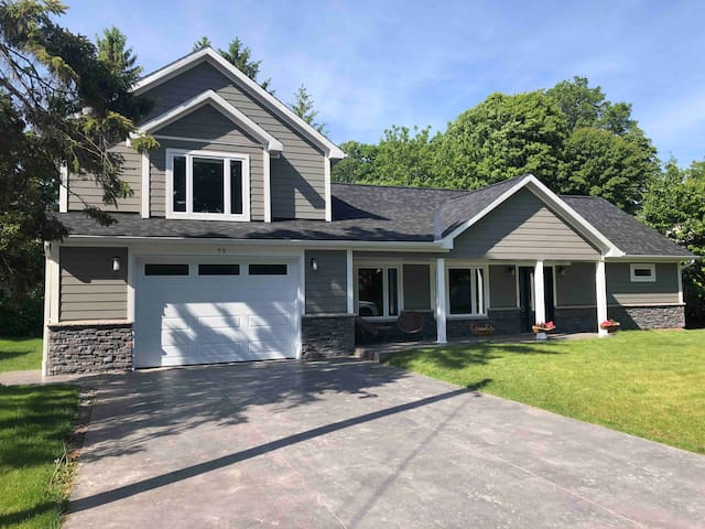 Stunning large 4 bedroom in Grand Bend