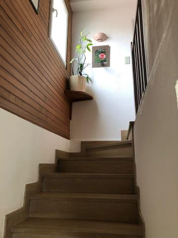 Escalier pour monter à la cuisine, salle de bain et WC.