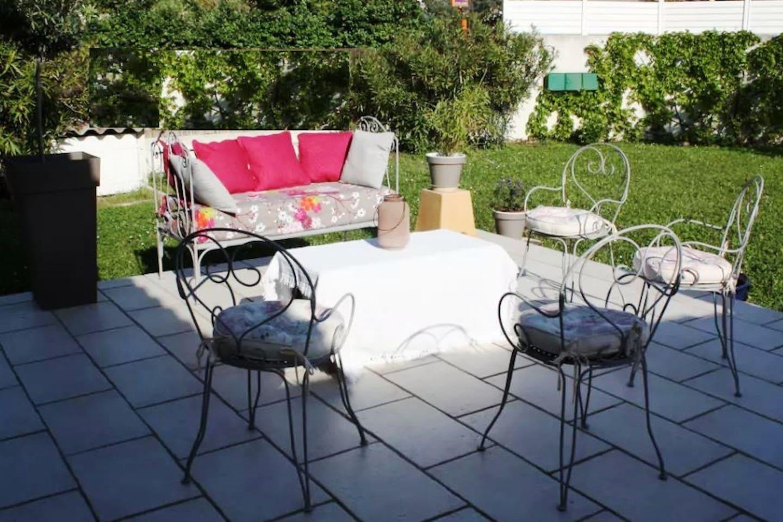 """Le salon """"romantique"""" sur la terrasse plein sud"""