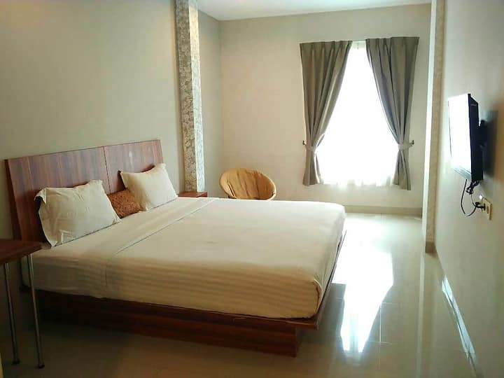Deluxe room with breakfast and airport shuttle