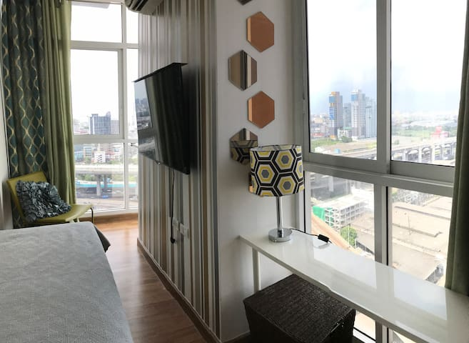 Luxury high-rise condo 2 br 2 baths across BITEC