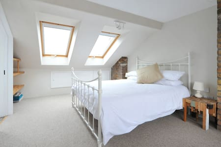 Luxury loft & shower room in stunning Victorian hs - Bristol - Loft