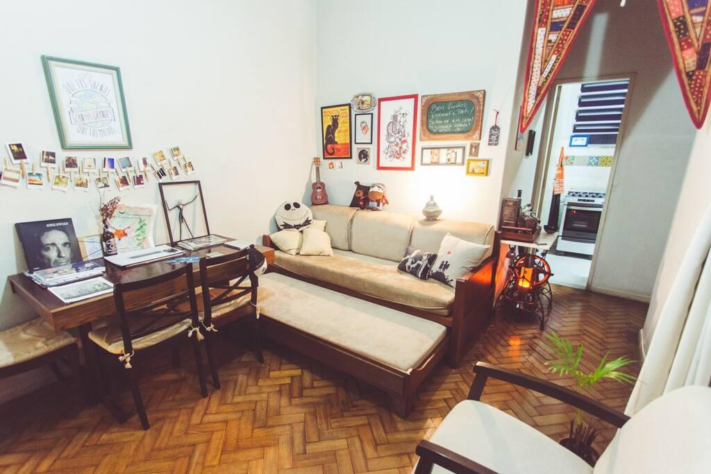 Sala de estar com sofa cama / Living room with sofa bed