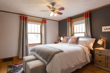 Adorable Bedroom in Historic House - Omaha - House