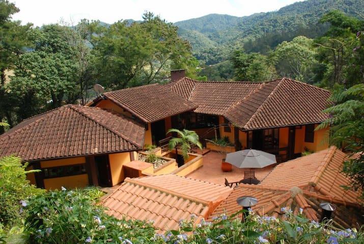 Excelente casa na serra do Rio de Janeiro.