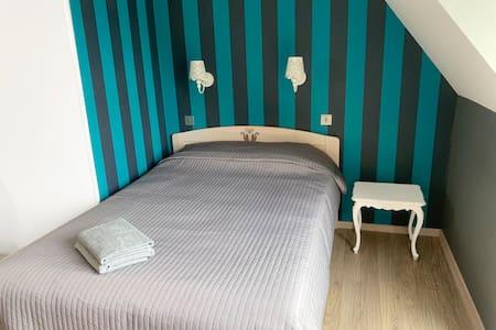 pokój z łazienką, balkonem i kuchnią w pensjonacie