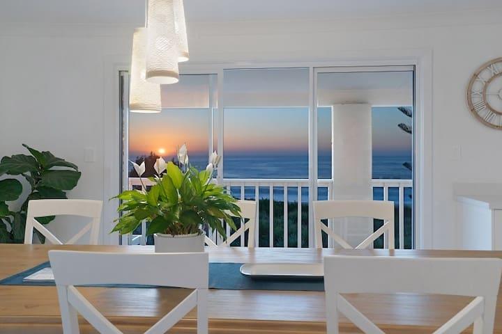 WHITE BEACH HOUSE, ABSOLUTE BEACHFRONT