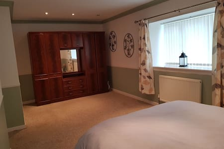 Private room in granny annex near glasgow airport