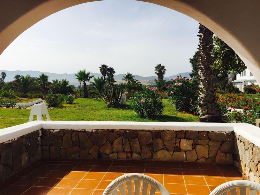 Terrasse vue sur les jardins intérieurs et montagne