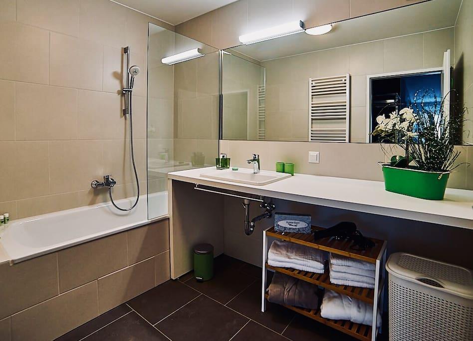 Das Badezimmer mit Wanne und Wickeltisch