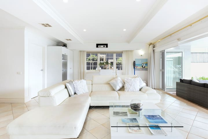 Exquisite Pittwater Apartment with Waterfront Access