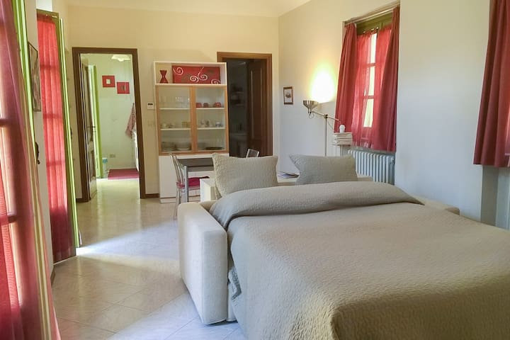 Spazio principale con divano letto in primo piano --- Main area with sofa bed in foreground