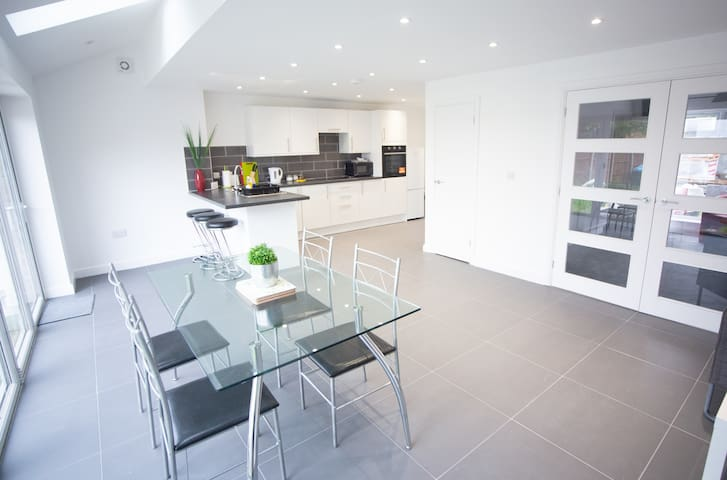 * Newly Refurbished 3 Bedroom House - Sleeps 7 *