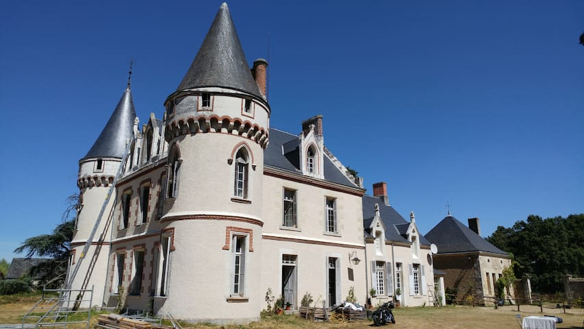 Charmant petit château en fin de rénovation. - Autrèche - Castelo