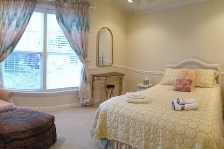 Quiet and Cozy private bedroom near the Beach!