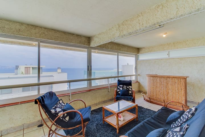 Big & bright apartment with shared rooftop deck & pool, ocean views!