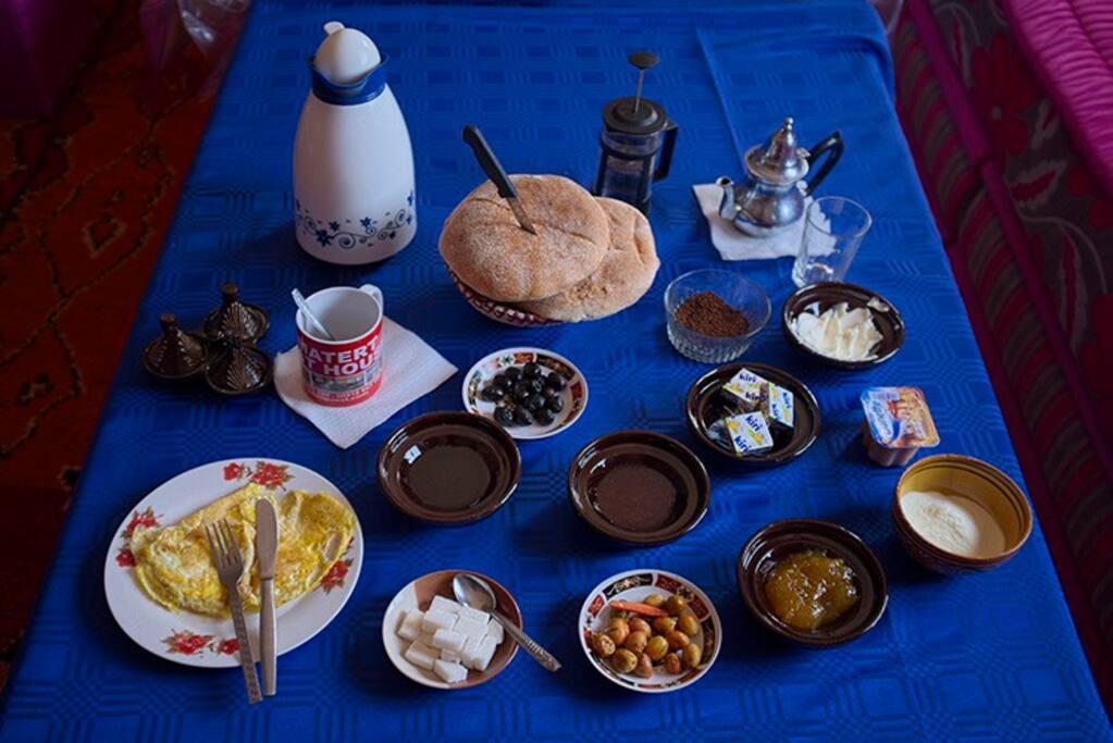 le petit déjeuner au gite Tamatert