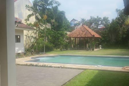 Kemang Cipete, room with TV, swiming pool - Cilandak - Bed & Breakfast