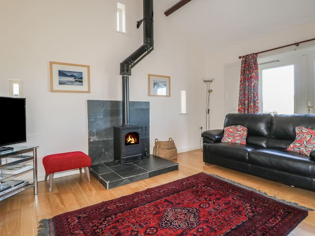 ESTHERS BARN, pet friendly, with open fire in Cockermouth, Ref 972321
