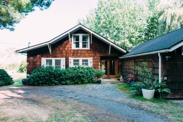 Enchanting Edgecliff Cottage