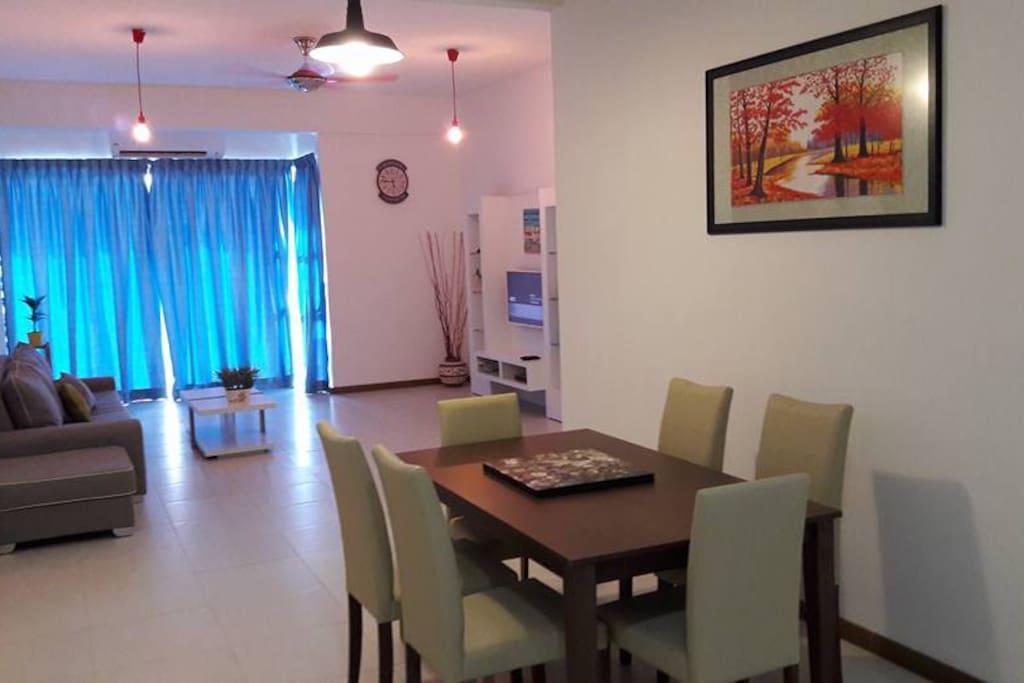 适耕庄的稻香之美,已经列入Cuti-cuti Malaysia的热门景点之一,也是城市生活人放松的休闲好去处!今天,yong 就来推荐当地民宿 Seaview Condo Homestay,开启您的适耕庄之旅!  面海公寓 Seaview Condo Homestay位于适耕庄Perdana Residence Condo,宽敞的空间(1240平方尺)可容纳9位住客,非常适合家庭和朋友的聚会;不仅如此,公寓拥有卓越的地理位置,距离景点热浪沙滩与适耕庄珍珠米厂只需10分钟车程,非常便捷!  公寓内设有3房与客厅,包括冷气设备、卫生间、热水器、雪柜、Astro、智能电视(with USB card reader + HDMI)、设有厨房可食煮,环境舒适整洁,布置简单大方;另外也有运动设施如游泳池与健身房,让住客能聚在一起活动,住客也能放心将交通工具停放在公寓,保安会负责看守。 Seaview Condo Homestay最大的亮点,就是拥有天台能够让住客在乘凉谈天的同时,欣赏适耕庄的漁村美景,活力的渔港与一望无际的大海,还能看到早晨亮丽的景色与黄金日落和美丽彩霞!  漁村美景与大海美景尽收眼帘,为您的旅程写下完美回忆!  还在烦恼适耕庄的住宿吗?别犹豫,赶快上网查阅 Yong's Seaview Condo Homestay 好站详情,定下日期后出发! 网页查询:https://www.airbnb.com/rooms/15348080 联络号码:012-2731175 Mr Yong
